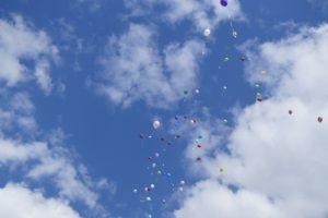 Luftballons fliegen in den Himmel